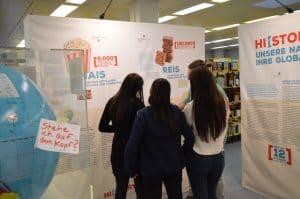 Schülerinnen nutzen die Wanderausstellung HISTORY OF FOOD in der Schule und benutzen QR-Codes